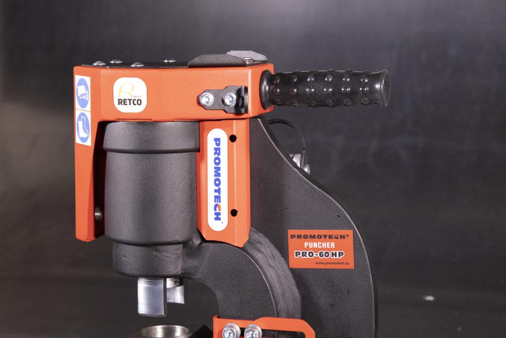 Retco PRO-60 hydraulilävistin reikien ja pitkänomaisten reikien valmistukseen nopeasti ja kustannustehokkaasti.