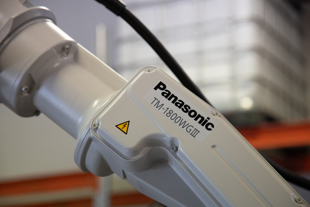 Robottihitsauskoulutusta Panasonic hitsausrobotilla sekä Cowelder eli yhteistyörobotilla.